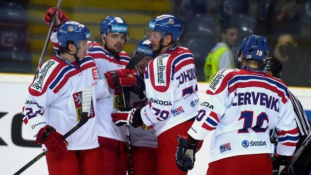 Čeští hokejisté se radují po jednom z gólů proti Německu.