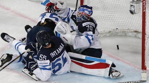 Finský brankář Joonas Korpisalo inkasuje gól v utkání s Francií.