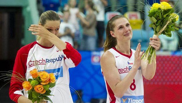 Petra Kulichová (vlevo) a Ilona Burgrová hrály proti Španělsku poslední zápas za českou reprezentaci. Na snímku se loučí s diváky.