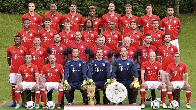 Jerome Boateng (čtvrtá řada, druhý zleva) na předsezónní fotografii Bayernu Mnichov.