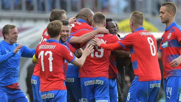 Hráči Plzně se radují z vítězství.