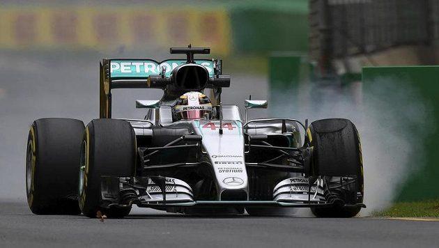 Pilot Mercedesu Lewis Hamilton během volného tréninku v Melbourne.