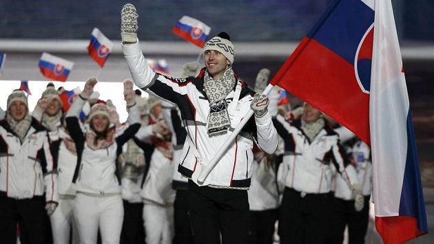 Zdeno Chára, zadák Bostonu Bruins, v roli vlajkonoše slovenské výpravy při slavnostním zahajovacím ceremoniálu v Soči.