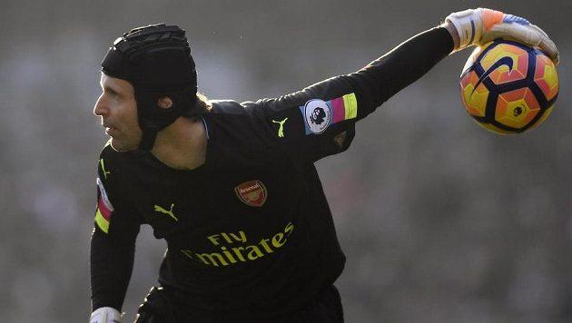 Brankář Arsenalu Petr Čech během utkání s Burnley.