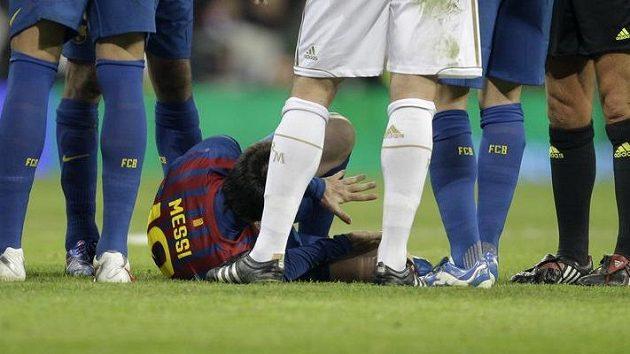 Fotbalista Realu Pepe stoupl na ruku barcelonskému Messimu.