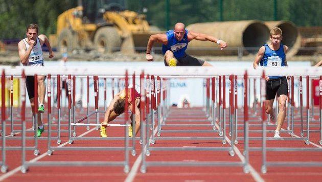 Petr Svoboda (uprostřed) v závodě na 110m překážek na atletickém mistrovství ČR.