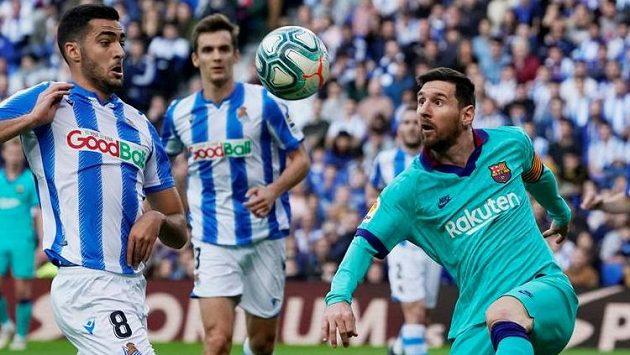 Fotbalista Barcelony Lionel Messi hráč Realu Sociedad Mikel Merino