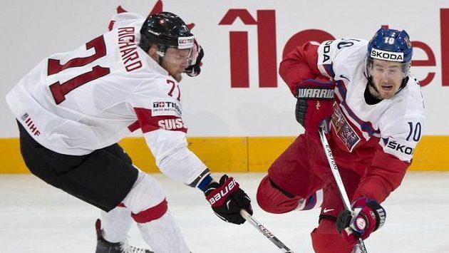 Střelu Romana Červenky se snaží blokovat Tanner Richard ze Švýcarska.
