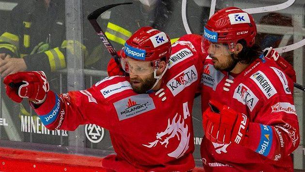Zleva střelec Martin Růžička a Matěj Stránský z Třince se radují z gólu.