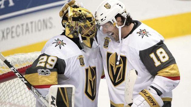 Hrdinové historického klání. Gólman Marc-André Fleury (vlevo) a James Neal dovedli Vegas k prvnímu vítězství v NHL.