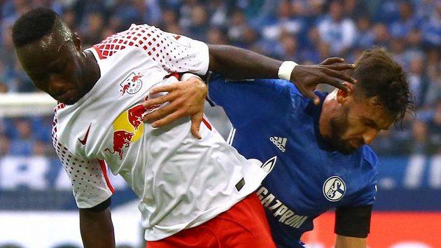 Naby Keita (vlevo) z Lipska v souboji s Danielem Caligiurim ze Schalke.