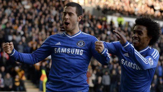 Eden Hazard (vlevo) z Chelsea slaví svůj gól, gratuluje mu spoluhráč Willian.