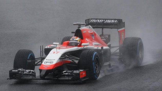 Jules Bianchi na mokré trati v Suzuce, kde těžce havaroval a v současné době bojuje o život.