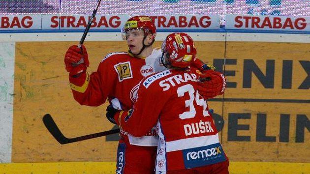 Hokejisté Slavie Tomáš Micka a Antonín Dušek se radují z branky. Ilustrační snímek