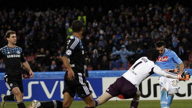 Tohle byla pro Lavezziho hračka - hráč Neapole snadno překonává Petra Čecha, který vyběhl daleko před branku Chelsea...