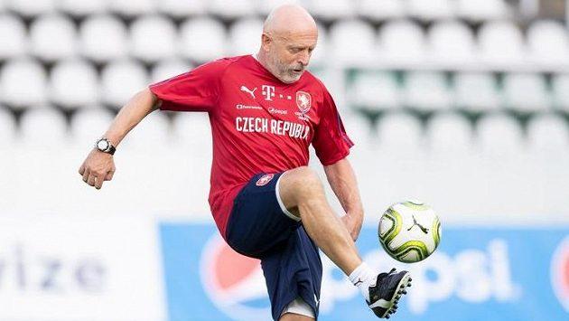 Trenér Karel Jarolím má pořád velký cit pro míč...