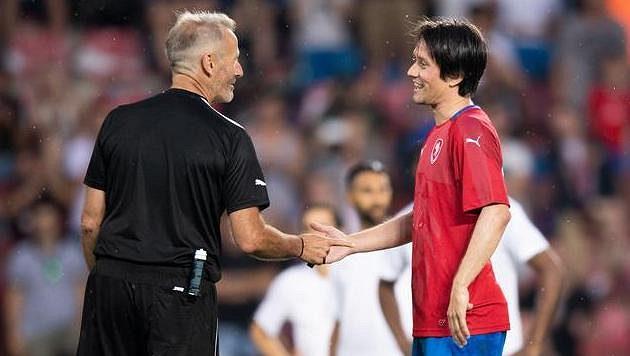 Rozhodčí Martin Atkinson a Tomáš Rosický během rozlučkového utkání na Letné.