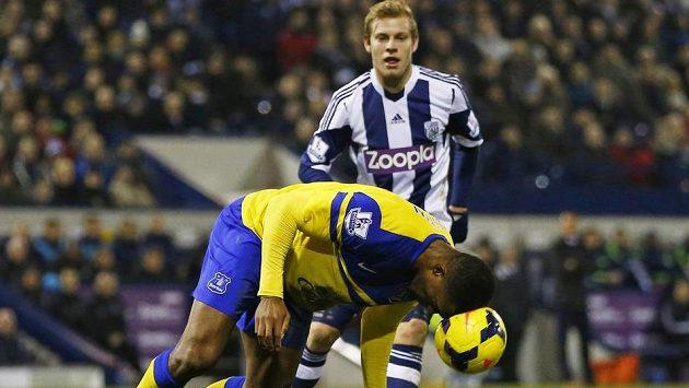 Útočník WBA Matěj Vydra (vzadu) bojuje v utkání Premier League o míč se Sylvainem Distinem z Evertonu.