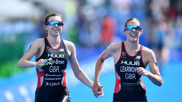 Britky Jessica Learmonthová a Georgia Taylorová Brownová byly v cíli tokijského triatlonového závodu diskvalifikovány.