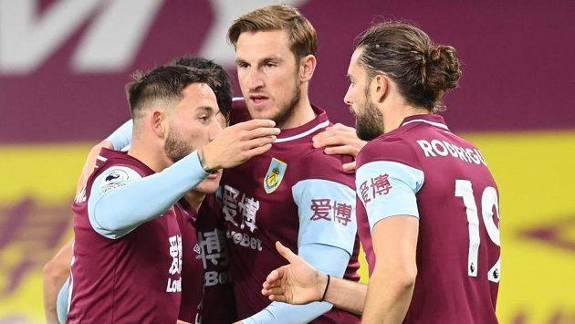 Radost fotbalistů Burnley, uprostřed střelec vítězného gólu Chris Wood.