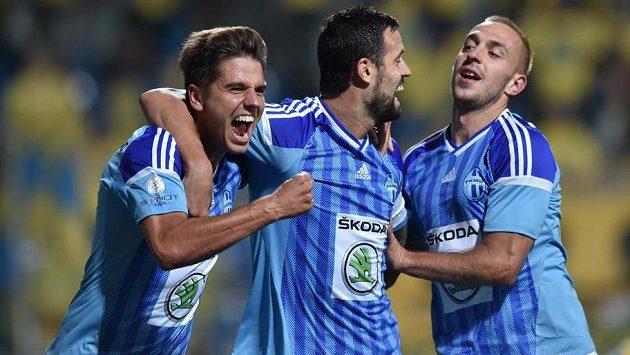 Fotbalisté Mladé Boleslavi Aleš Čermák (vlevo), Lukáš Magera (uprostřed) a Jiří Skalák oslavují vstřelený gól - ilustrační foto.