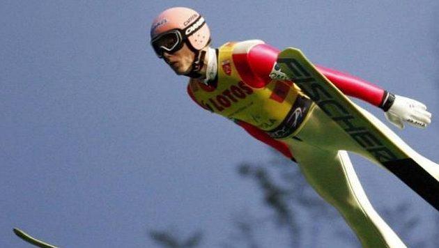 Bývalý rakouský skokan na lyžích Lukas Müller se učí po vážném zranění znovu chodit.