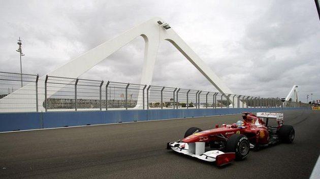 Fernando Alonso s vozem Ferrari při měřeném tréninku na Velkou cenu Evropy ve Valencii.