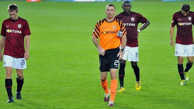 Zklamaní fotbalisté Sparty Jaromír Blažek (vlevo), Bondoa Adiaba (uprostřed) a Libor Sionko po prohrře s Plzní.