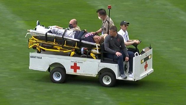 Hráče musel ze hřiště odvést vozík