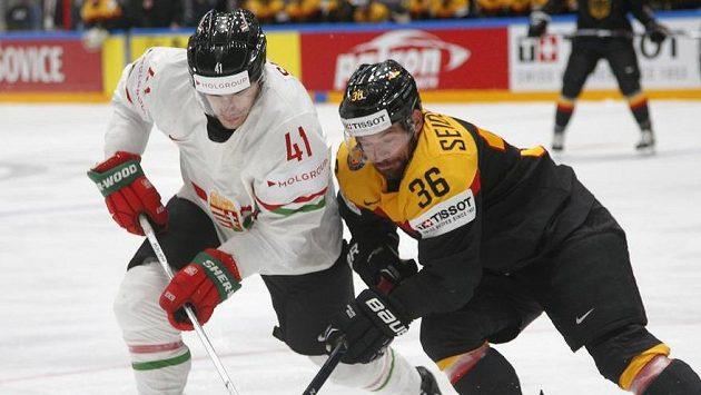 Balázs Sebok z Maďarska (vlevo) a německý hokejista Yannic Seidenberg.