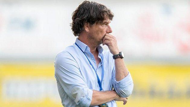 Zamyšlený trenér Daniel Šmejkal.