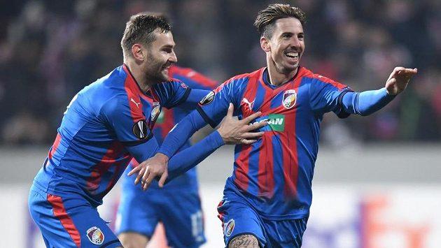 Plzeňský Milan Petržela (vpravo) se raduje z gólu v utkání Evropské ligy proti FCSB. Ilustrační snímek.