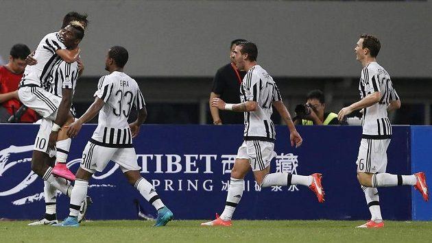 Fotbalisté Juventusu slaví gól Argentince Paula Dybaly (zcela vlevo) v Superpoháru proti Laziu Řím.