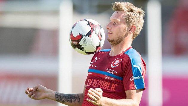 Ladislav Krejčí zpracovává míč.