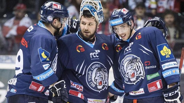 (Zleva) Lukáš Krenželok, brankář Ján Lašák a Jakub Valský (všichni z Liberce) oslavují vyhrané utkání v Pardubicích.