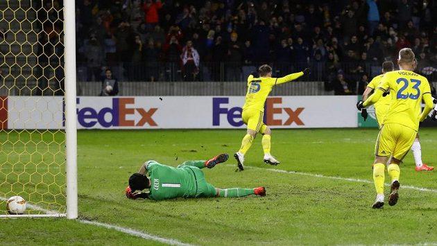 Fotbalista BATE Borisov Stanislav Dragun (vzadu) se raduje z gólu proti Arsenalu. Gólman Petr Čech neměl nárok.