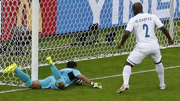 Branková technologie ukázala, že gólman Valladares lovil míč už za brankovou čárou...