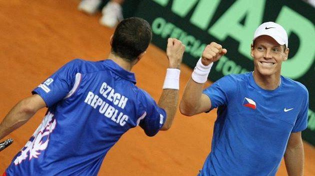 Radek Štěpánek s Tomášem Berdychem po vítězné čtyřhře v Poreči. Češi mají jisté finále Davisova poháru.