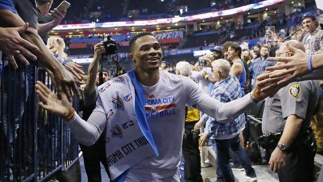 Russell Westbrook z Oklahomy si tleská s fanoušky po vítězném utkání proti Milwaukee.