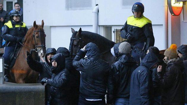 Policie v Rotterdamu zasahuje proti fanouškům AS Řím.