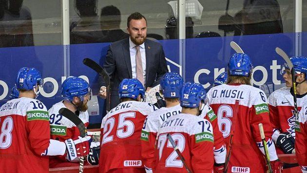 Trenér Filip Pešán uděluje pokyny svým svěřencům v utkání s Dánskem.