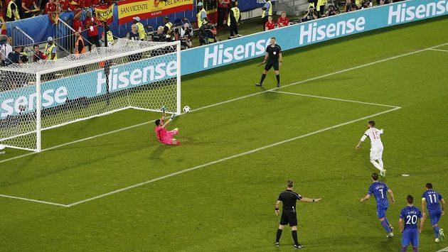 Chorvatský gólman Danijel Subašič chytá penaltu Španělu Sergio Ramosovi.