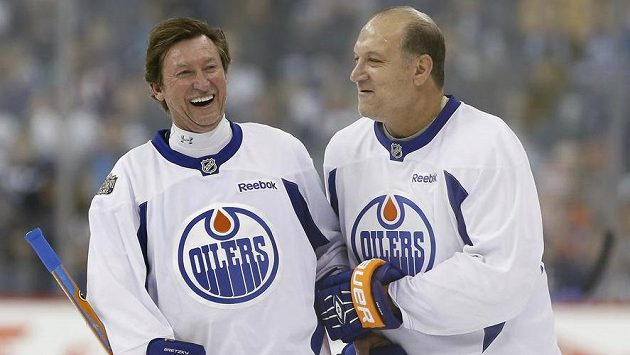 Kdysi nerozlučná dvojice útočníků Edmontonu Wayne Gretzky (vlevo) a Dave Semenko na obrázku z exhibice z října loňského roku.