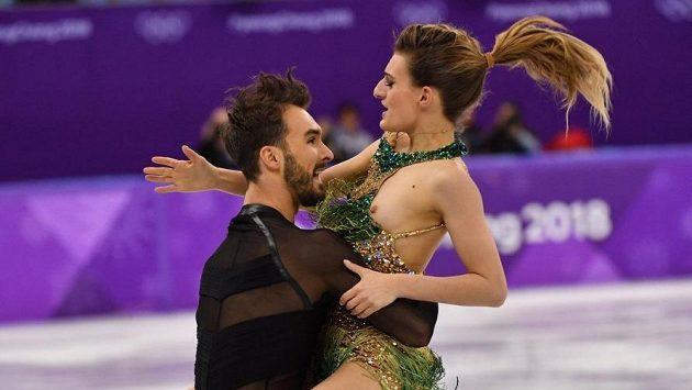 Francouzku Gabriellu Papadakisovou při krátkém tanci notně potrápil kostým. Divákům i jejímu partnerovi Guillaumu Cizeronovi se tak naskytl hodně nevšední výhled.
