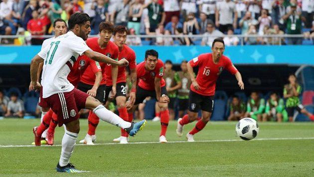 Mexičan Carlos Vela otevřel z penalty skóre zápasu s Korejí.