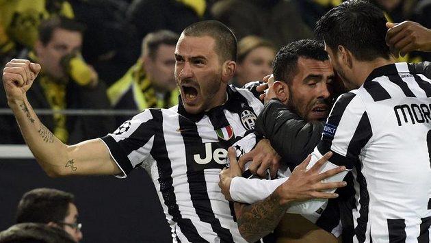 Carlos Tévez (uprostřed) slaví se spoluhráči z Juventusu Leonardem Bonuccim (vlevo) a Álvarem Moratou svoji trefu proti Dortmundu.
