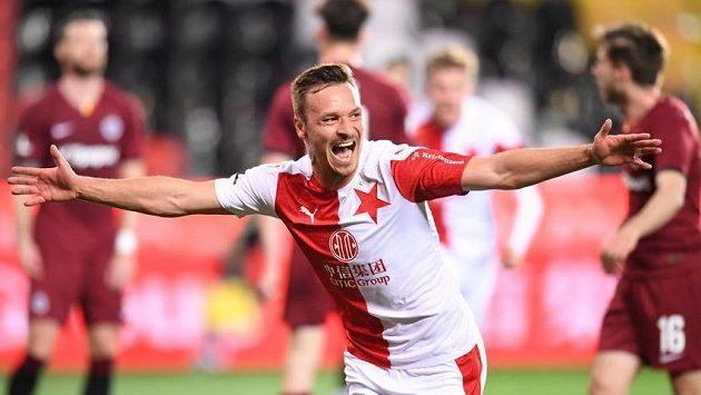 Slávista Stanislav Tecl slaví gól v derby.