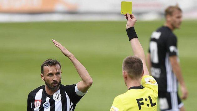 Rozhodčí Ondřej Berka uděluje žlutou kartu Tomáši Sivokovi z Dynama.