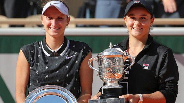 Markéta Vondroušová a Ashleigh Bartyová po finále French Open