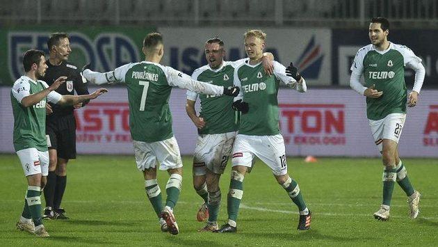 Hráči Jablonce se radují z gólu do sítě Plzně.
